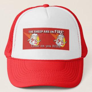 Las ovejas están en la gorra de béisbol del fuego