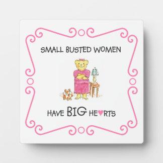 Las pequeñas mujeres reventadas tienen placa grand placa expositora
