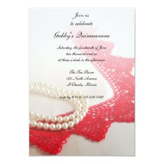 Las perlas blancas y el fiesta rojo de Quinceañera Invitación