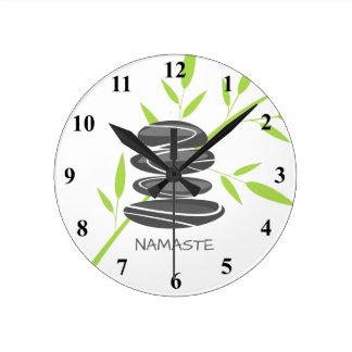 Las piedras del guijarro del zen apilan el reloj