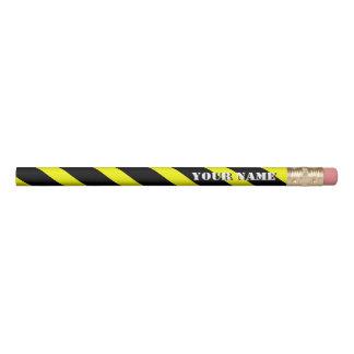 Las rayas diagonales amarillas y negras añaden su lápiz
