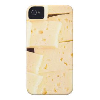 Las rebanadas secan el queso amarillo duro en un funda para iPhone 4