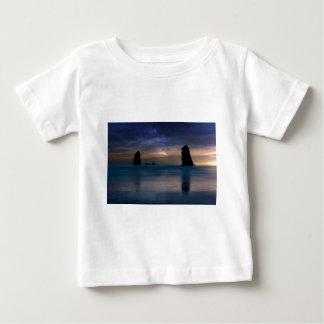 Las rocas de las agujas debajo del cielo nocturno camiseta de bebé