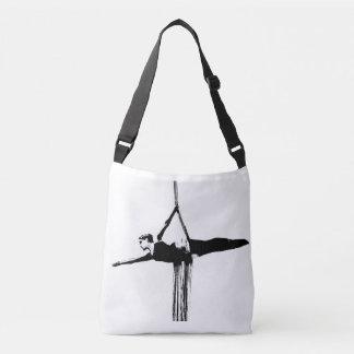 Las sedas aéreas cruzan el bolso del gimnasio de