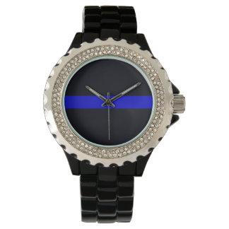 Las señoras enrarecen el reloj del diamante