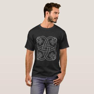 Las serpientes modelan la camiseta oscura