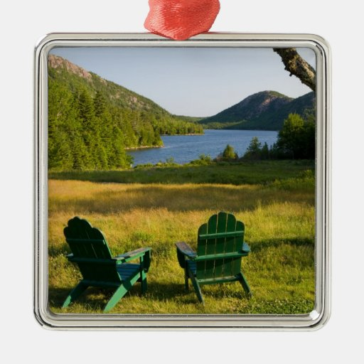 Las sillas de Adirondack en el césped de la Jordan Adorno De Navidad