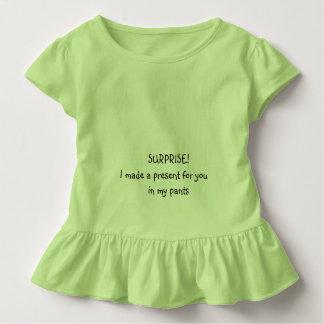 Las sorpresas vienen en pequeños tamaños camisetas