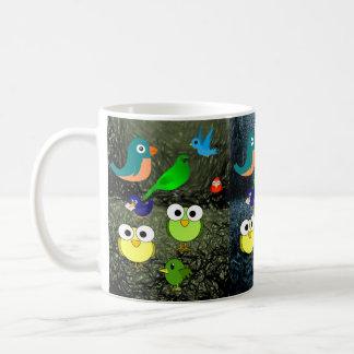 las tazas de los niños de los pájaros de la fauna