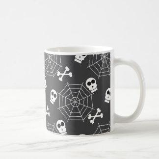 Las telas de araña, cráneos, bandera pirata taza de café