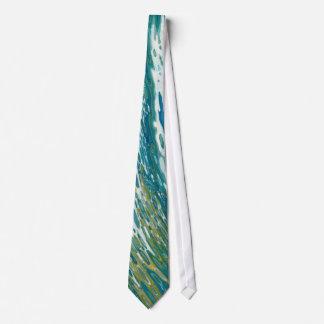 Lazo de seda de las olas oceánicas picadas por corbata