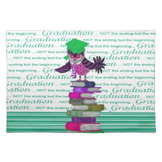 Lazo del búho y casquillo encima de los libros, salvamanteles