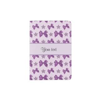 Lazos de satén púrpuras hermosos portapasaportes