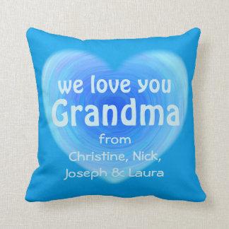 Le amamos corazón azul personalizado abuela cojín decorativo