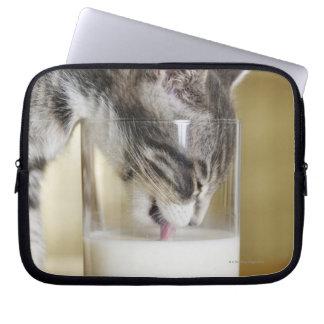 Leche de consumo del gatito del vidrio funda computadora