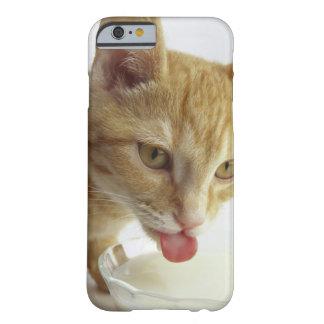 Leche de consumo del gato funda de iPhone 6 barely there