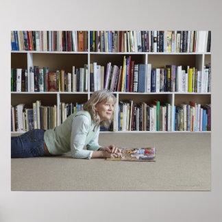 Lectura de una más vieja mujer por los estantes póster