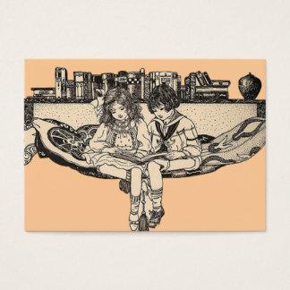 Lectura del chica y del muchacho tarjeta de visita
