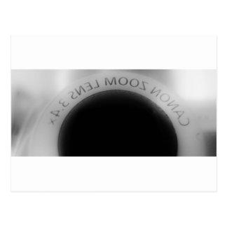 Lente de cámara blanco y negro postal