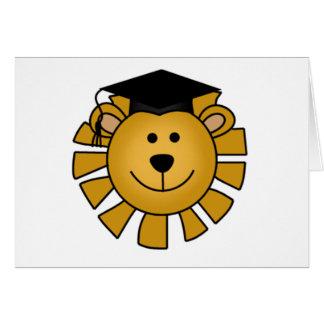 León con las camisetas y los regalos del casquillo tarjeta de felicitación