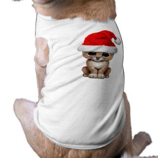 León Cub lindo que lleva un gorra de Santa