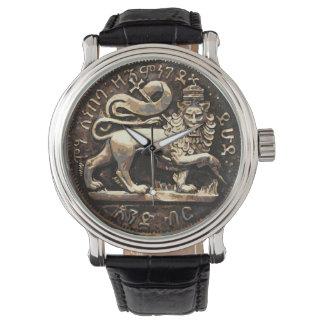 León del diseño antiguo del oro del león del reloj