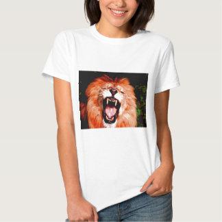 León que ruge camisetas
