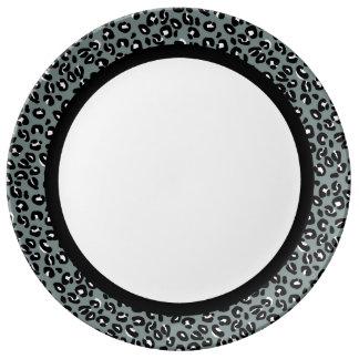 Leopardo gris y negro con la banda negra en blanco plato de porcelana