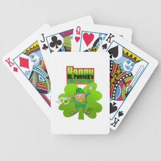 Leprechaun que agita en un trébol, en una cubierta baraja de cartas bicycle