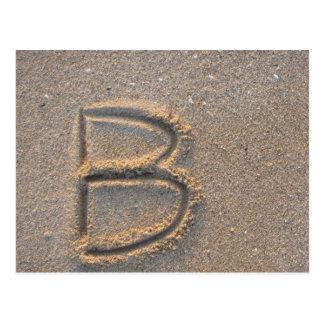 Letra B escrita en arena de la playa Postales
