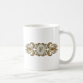 Letra enrollada adornada F del monograma Tazas De Café