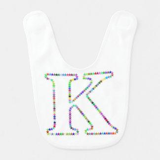 Letra K de la estrella del arco iris Babero