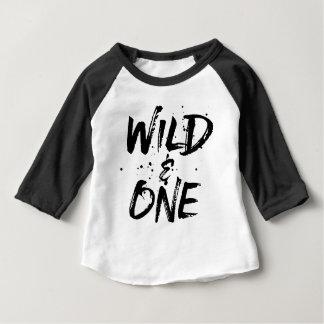 Letras cepilladas salvajes y una negras camiseta de bebé