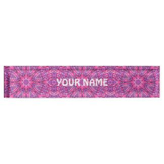 Letrero rosado y púrpura del escritorio del