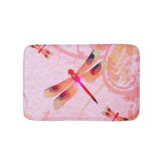 Libélulas en la estera de baño rosada