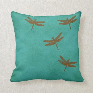Libélulas y almohada coloreada trullo