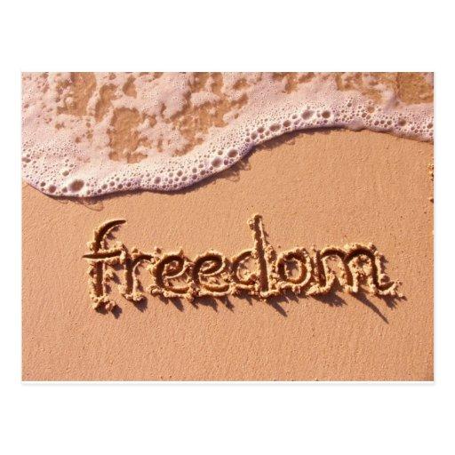 Libertad escrita dentro de la arena entre las onda postales