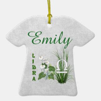 Libra del bambú y del lirio adorno de cerámica en forma de camiseta