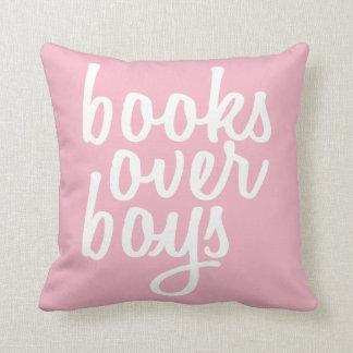Libros de GENYOLO sobre la almohada de los