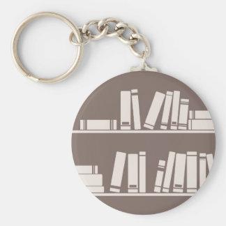 Libros en el estante para leer el amante o al sabe llavero personalizado