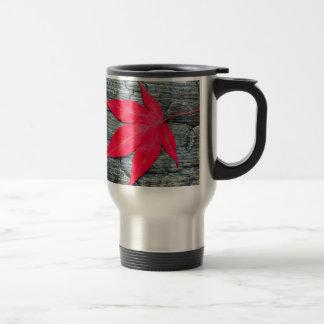 Licencia del arce rojo en el negro quemado de taza de viaje
