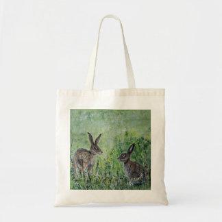 Liebres en un bolso de compras del prado
