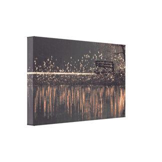Lienzo Banco solo por el lago en la luz de oro