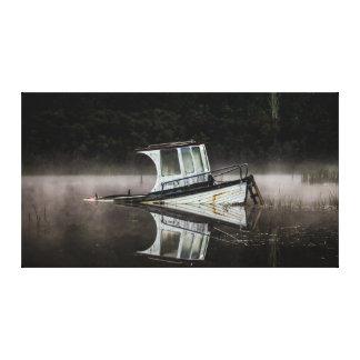 Lienzo Barco de madera en el lago Rotoma