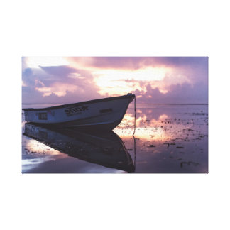 Lienzo Barco en la línea de la playa del océano el | de