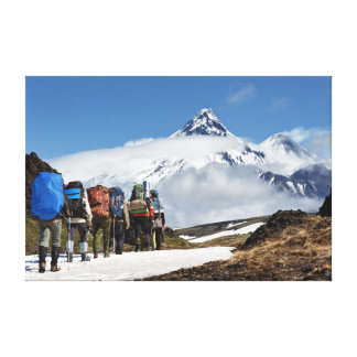 Lienzo Caminantes que suben en el soporte en los volcanes