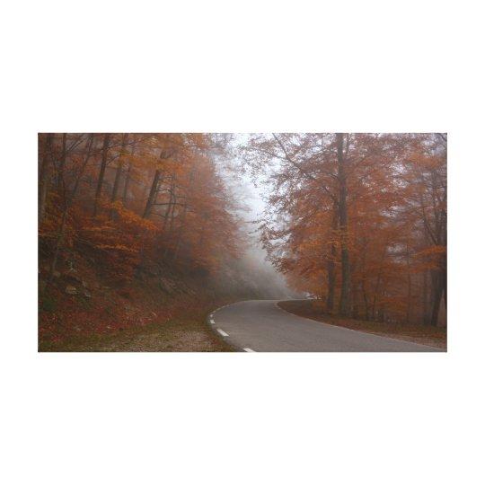 Lienzo Carretera solitaria en bosque otoñal