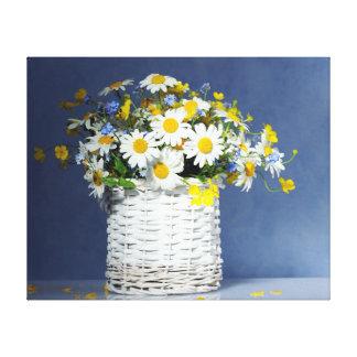 Lienzo Cesta con las flores de la primavera