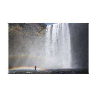 Lienzo Cogido en la niebla en la cascada de Skógafoss,