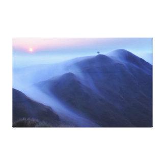 Lienzo Cordillera serena con un árbol